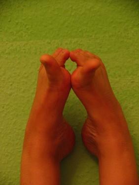 FRIEDENSRAUM - grosse Zehen zur Nase